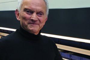 Dr. Peter Reichelt, Geschäftsführer von Reichelt Chemietechnik, vor einem seiner Paternosterschränke, in denen die Kleinteile des Produktsortiments von insgesamt etwa 80000 Artikeln lagern