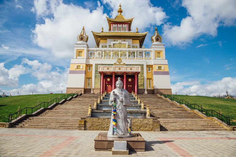 Buddhist_temple_Golden_Abode_of_Buddha_Shakyamuni_in_Elista,_Republic_of_Kalmykia,_Russia.
