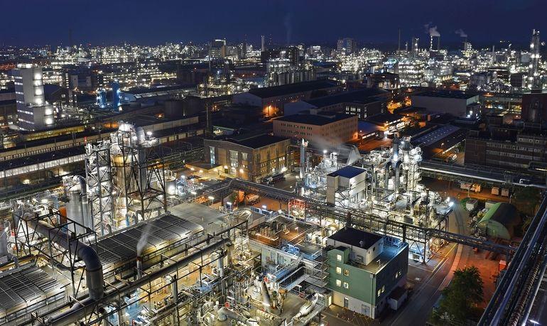 In_rund_200_Produktionsanlagen_werden_am_Standort_Ludwigshafen_viele_Produkte_für_Kunden_aus_fast_allen_Branchen_hergestellt.