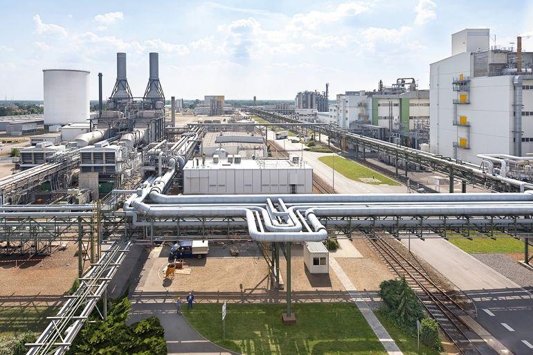 Der_BASF-Produktionsstandort_Schwarzheide_befindet_sich_in_der_Lausitz_im_Süden_von_Brandenburg_und_ist_einer_der_größten_Produktionsstandorte_des_Konzerns_in_Europa._Bis_2022_soll_an_diesem_Standort_eine_moderne_Anlage_für_die_Herstellung_von_Kathodenmat