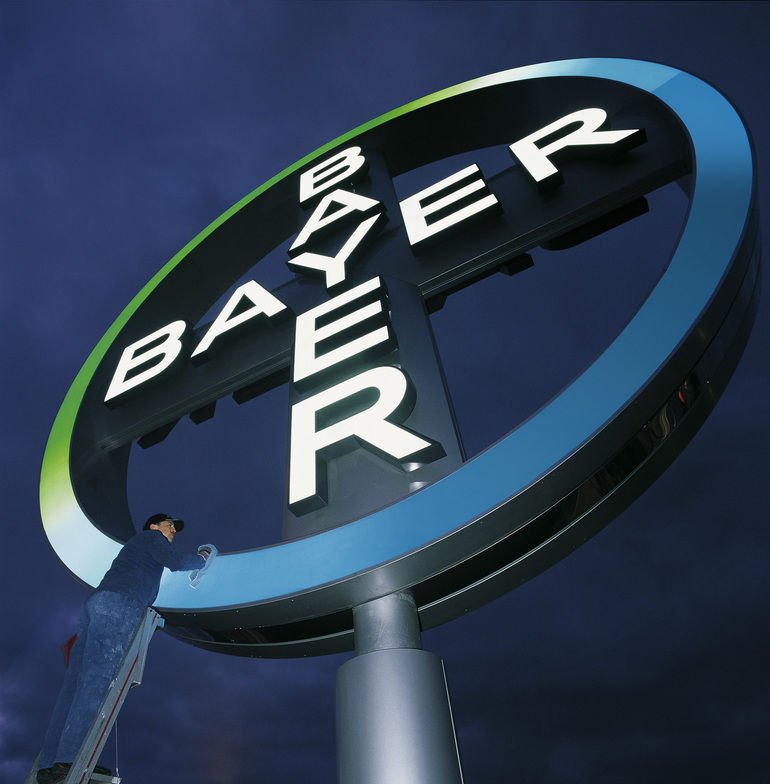 Eines_der_bekanntesten_Markenzeichen_der_Welt_wird_auf_Hochglanz_poliert_-_hier_das_Bayer-Kreuz_am_Köln-Bonner_Flughafen.__Foto:_Bayer_AG_Abdruck_mit_URHEBERVERMERK_honorarfrei.____The_Bayer_Cross,_one_of_the_best-known_trademarks_in_the_world,_is_given_a