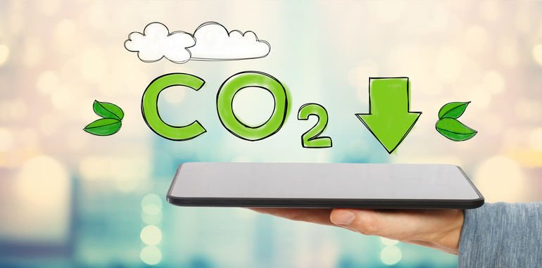 Reduce_CO2_with_man_holding_a_tablet_computer Bild: Tierney – Fotolia.com