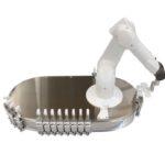 Stericlean Roboter entnimmt Behältnisse vom Ovaltransporteur und magaziniert sie Stäubli