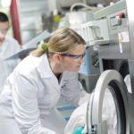 Im_MEWA_Technikum_in_Wiesbaden_werden_Gewebe_und_Textilien_auf_Qualität_geprüft