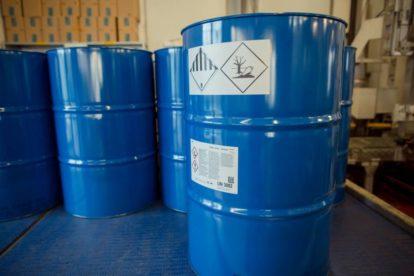Metallfässer von BASF mit mehreren Etiketten