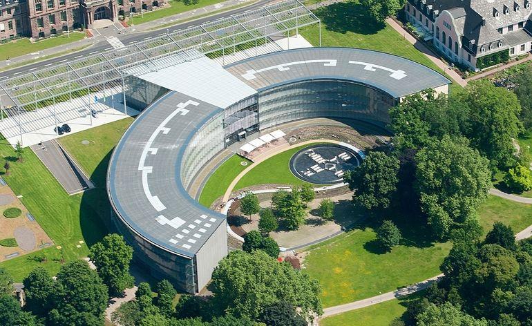 Aus_der_Vogelperspektive:_Die_Konzernzentrale_in_Leverkusen_fügt_sich_harmonisch_in_den_Carl-Duisberg-Park_ein._---------------------------------------------------_A_bird's_eye_view_shows_how_the_Group_headquarters_building_blends_harmoniously_into_Carl_D