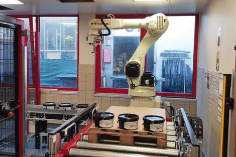 Der_Palettierroboter_RD080N_von_Kawasaki_Robotics_ist_das_Herzstück_des_von_Becker_Sonder-Maschinenbau_entwickelten_Systems_zur_Palettierung_von_Druckfarben