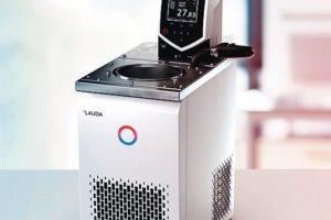 Der_Lauda-ECO-REJ-1225-G-Kalibrierthermostat_ist_ideal_zum_Kalibrieren_von_Glasthermometern_oder_elektrischen_Thermometern