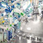 Tjark_Kusber_am_neuen_Reaktor_der_CO2-Polyol-Anlage__Tjark_Kusber_is_standing_at_the_new_reactor_of_the_CO2_plant_