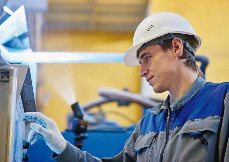 factory-worker-using-hmi-screen-getty-616263556