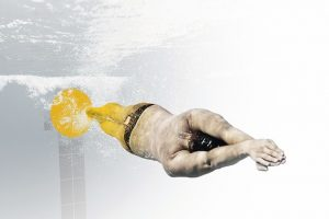 Male_swimmer_propelling_underwater_in_the_swimmingpool