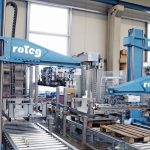 Die_drei_Paro-Roboter_von_Roteg_palettieren_auf_drei_unterschiedlichen_Linien_die_Produkte_des_Kunden