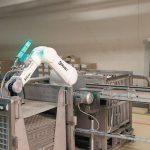 Pilotprojekt_zur_Mensch-Roboter-Kollaboration_bei_Migros:_Sechsachs-Roboter_TX2-90L_von_Stäubli__