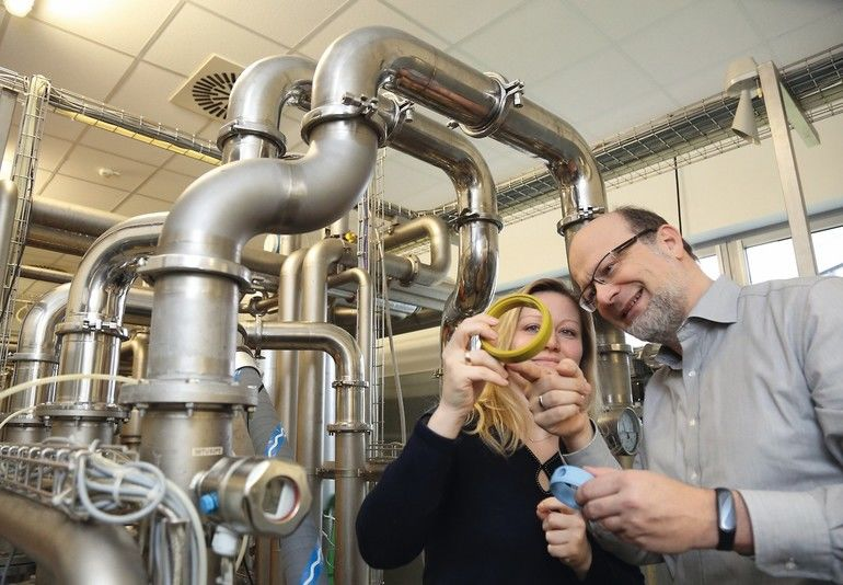 Rainer_Kreiselmaier_(Director_Technical_Service_and_Innovation)_und_Julia_Frank_(Application_Engineer_Technical_Service_and_Innovation)_bei_der_Arbeit_am_Prüfstand_von_Freudenberg_Sealing_Technologies