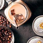 Cold_Brew_Coffee_ist_eine_weitere_natürliche_Koffeinquelle_für_Energy_Drinks._Im_Unterschied_zum_klassischen,_heiß_zubereiteten_Kaffee_hat_er_weniger_Säure_und_Bitterstoffe.