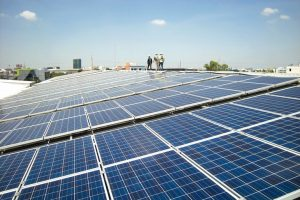 Solar_PV_Rooftop_with_Workers_Walking
