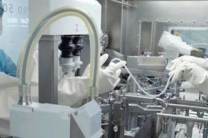 Eine_manuelle_Installation_des_Füllequipments_gehört_mit_der_Roboteranlage_von_Groninger_der_Vergangenheit_an