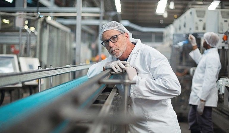 Factory_engineer_monitoring_production_line_in_drinks_production_plant