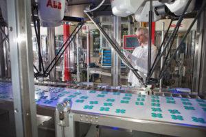 Matthias_Paeslack_kontrolliert_den_Verpackungsprozess_von_Aspirin™_Tabletten_in_der_Produktionsanlage_der_Bayer_Bitterfeld_GmbH_in_Deutschland._----------------------------------------------_Handling_of_Aspirin™_tablets_in_the_packaging_facility_of_Bayer_