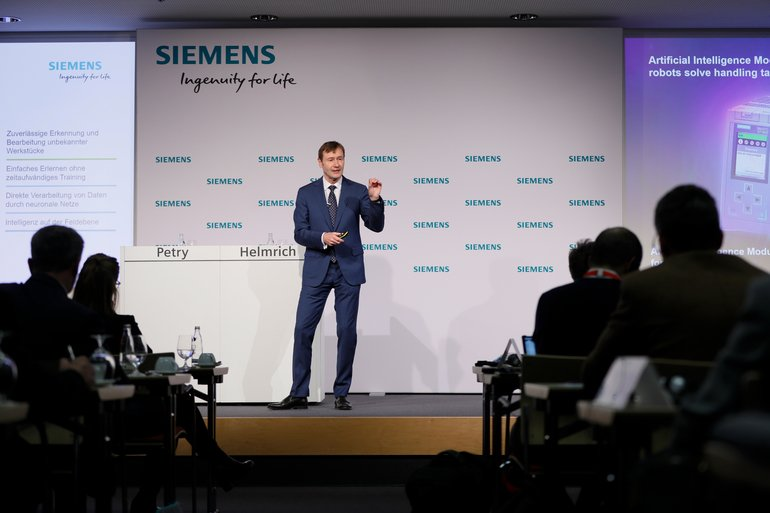 _Klaus_Helmrich,_Member_of_the_Managing_Board_of_Siemens_AG_speaking_at_the_Siemens_press_conference_at_the_SPS_IPC_Drives_2018.__